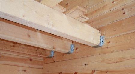 Деревянные балки перекрытия в интерьере жилого дома.